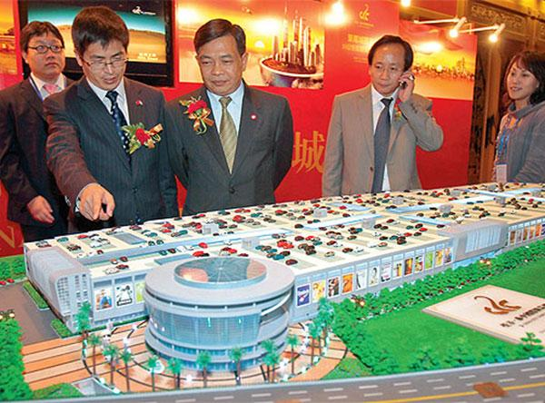 Officials examine a model of the Thai China commercial city