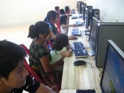 Families from the village of Pasac in Nahuala, Sololá in Guatemala bring their children to explore the world of Internet.