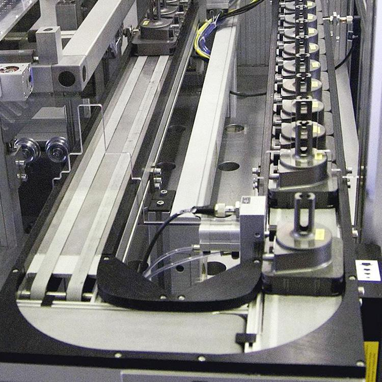 A transfer system installed in a plant for the assembly of low-pressure injectors for petrol engines