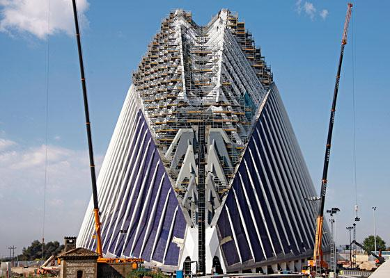 In the City of Arts and Science, the Eficio Ágora is currently being built. A huge birdcage scaffold on the basis of PERI UP Rosett, provides safe access ways and working areas for various trades up to a height of nearly 75 metres.