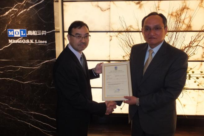 Det Norske Veritas Project Execution Manager Christopher Hoo (left) and MOL Senior Managing Executive Officer Soichi Hiratsuka