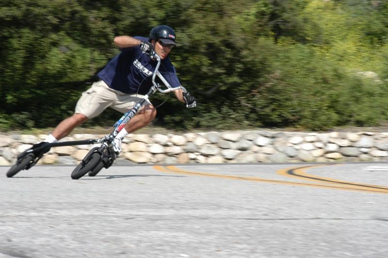 Le inventeur du Trikke sur un Trikke 12 Roadster. Ski sur les rues!