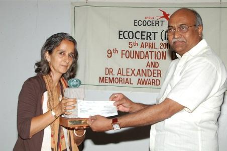 Mr Prakash Pohare,While accepting the Award from Ms Kavita Mukhi.