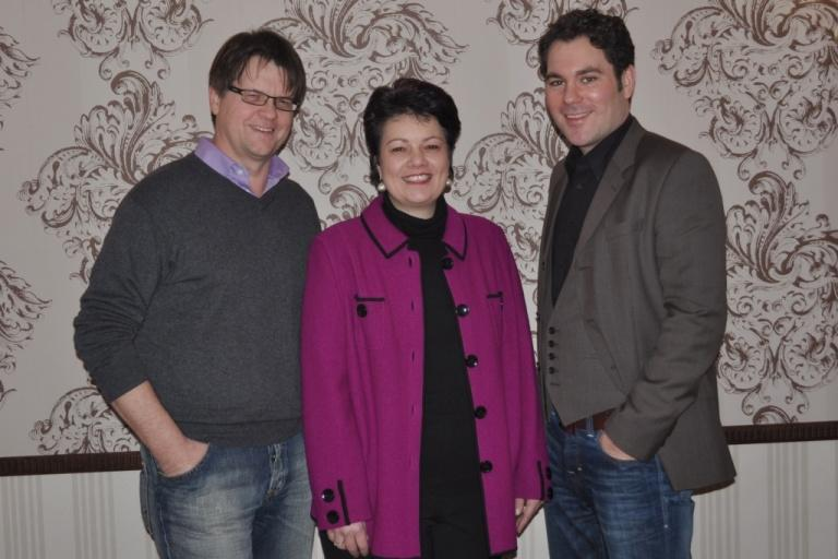 Prof. Dr. Ulrike Buchholz (center) welcomes Dr. Gerhard Vilsmeier (left) and Oliver Hahr (right) as lecturers for International Public Relations at the University of Applied Sciences and Arts in Hanover. Source: oha communication.