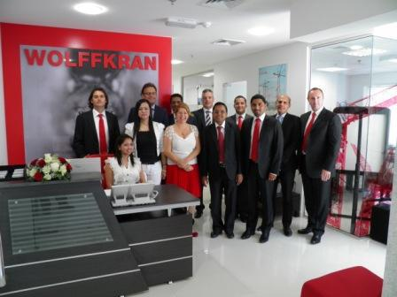 Dr. Peter Schiefer (2nd from the left), CEO of WOLFFKRAN and Martin Kirby (far left), Managing Director WOLFFKRAN Arabia, present