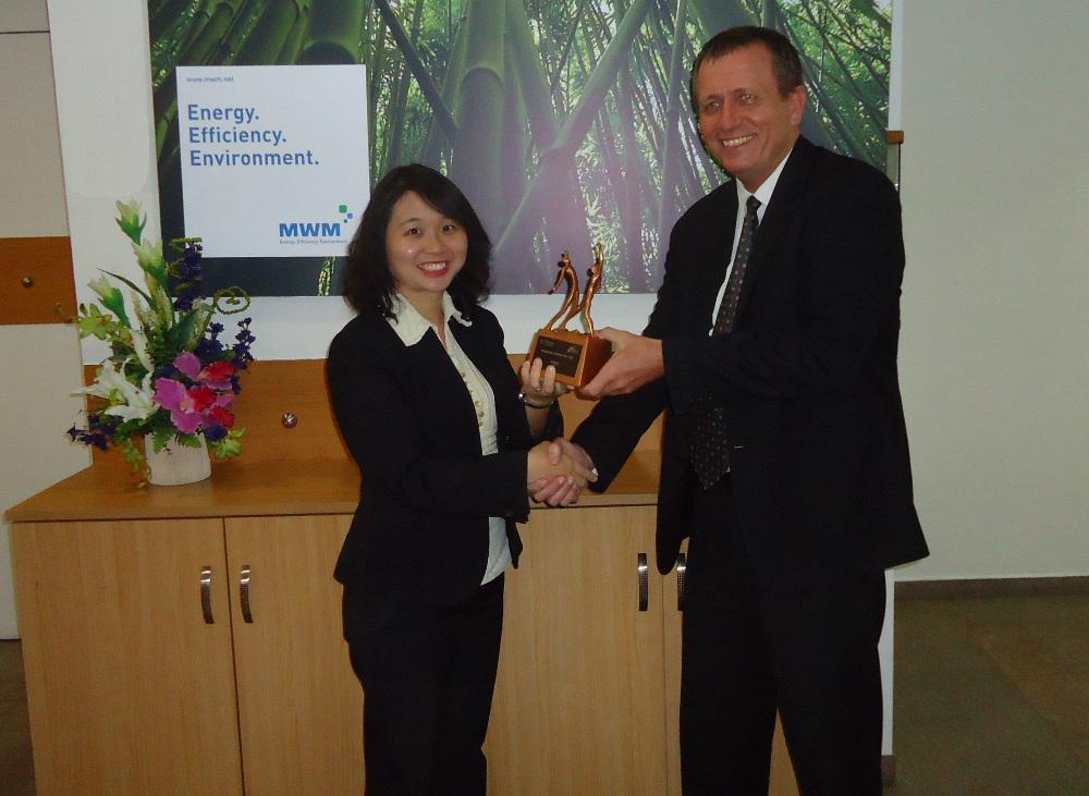 Dr. Ruprecht Lattermann, President of MWM Asia Pacific presents the HEALTH Award 2012
