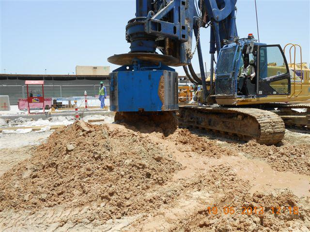 Flat sided bucket for drilling under bentonite in use at the airport in Dubai
