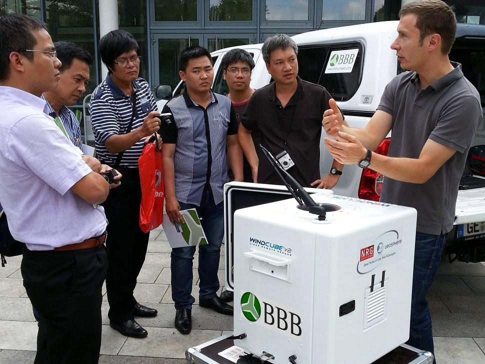 BBB-specialist Thomas Latacz (right) demonstrates the LiDAR wind measurement device
