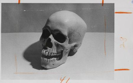 Andy Warhol - Skull. Around 1976. Gelatine silver print. 5 x 8.1 in. Estimate: EUR 7.000-9.000