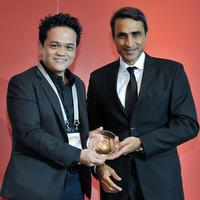 HP's Lionel Ch'ng (left) receives an 'APAC Channel Academy: 2014 Award'