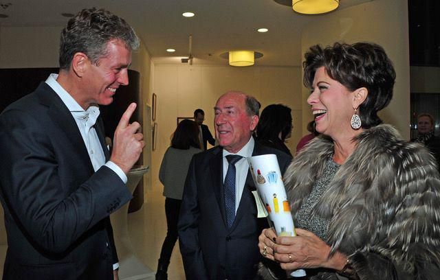 Auctioneer Robert Ketterer joking with Anita and Erwin Müller. Photo: Ursula Dornberger-Düren