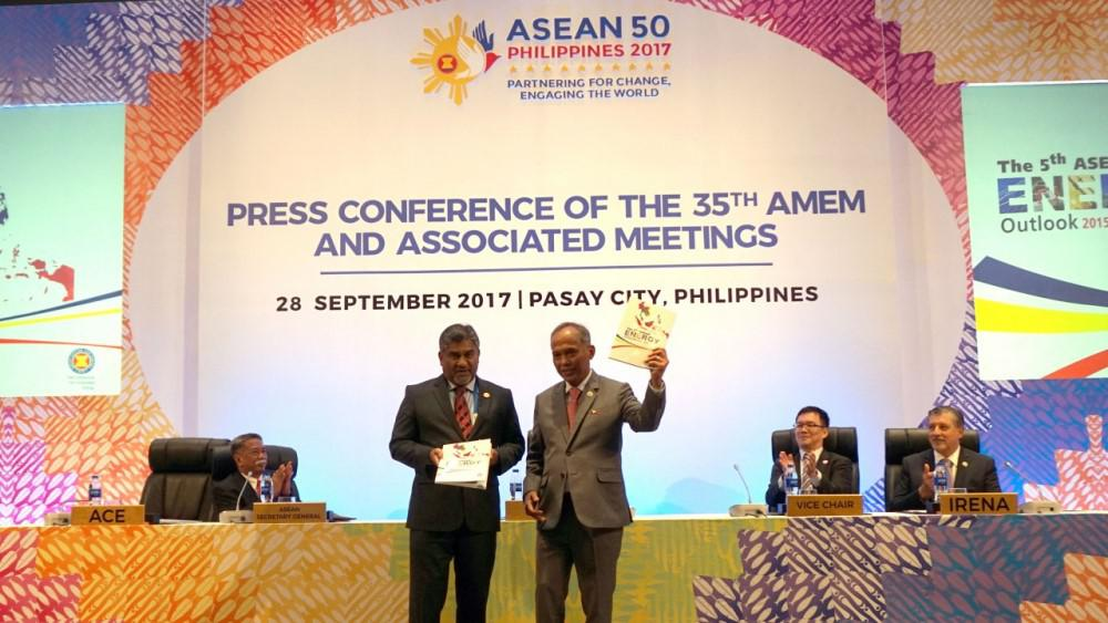 ACE Executive Director, Dr. Sanjayan Velautham, shares the publication with the Philippine Secretary of Energy, Alfonso G. Cusi