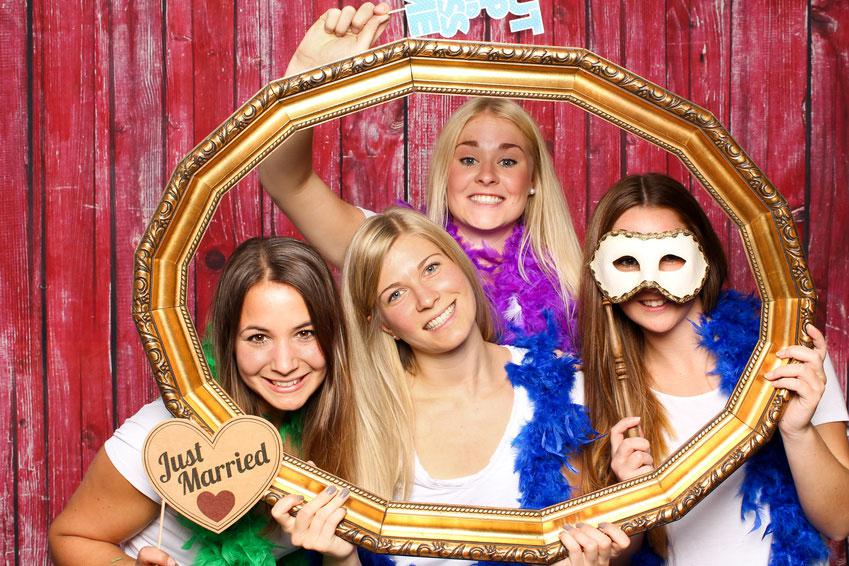 Wedding game Selfie Wall - Send photos of guests from mobile phone to beamer (© by Lieres, Fotolia.com)