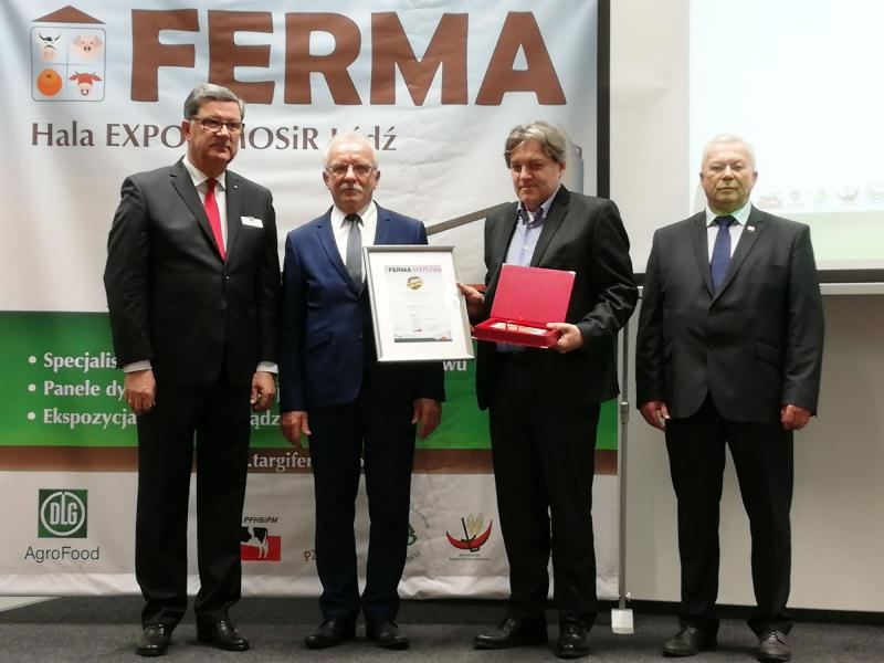 Dr. Andrzej Sobieraj (2nd on the right) accepting the prize in Lodz.