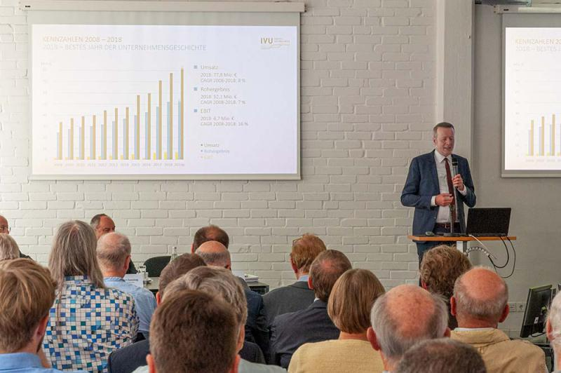 Satisfied shareholders at the Annual General Meeting of IVU Traffic Technologies AG (Image: IVU)