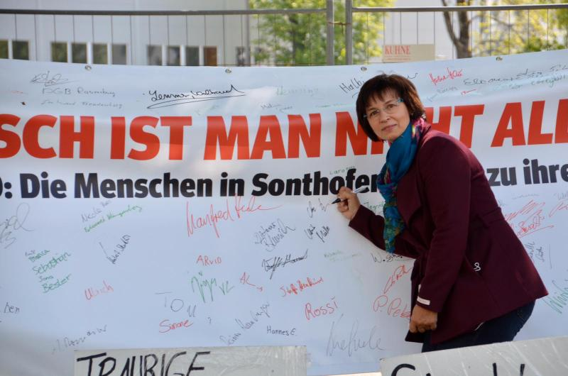MEP Ulrike Mueller at Voith strike picket in Sonthofen. (c) Duran