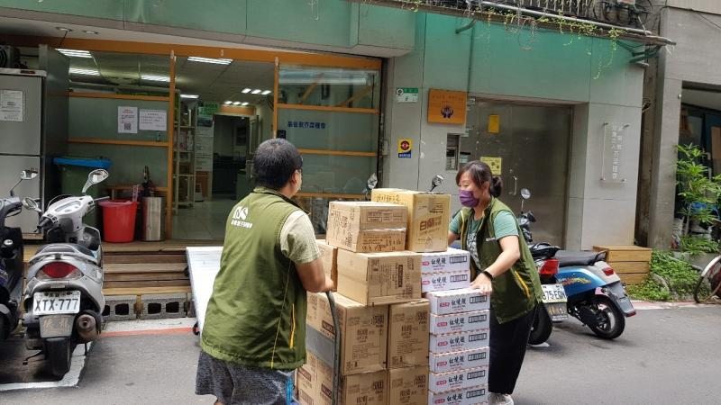MSM distributes the epidemic prevention supplies to disadvantaged families in Taiwan via its community assistance network.