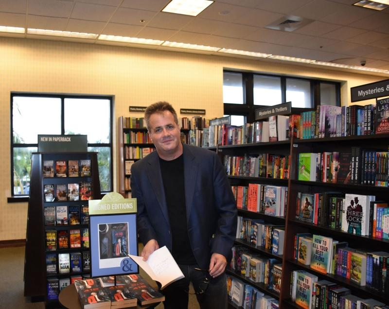 Best-selling Science-Fiction author Edgar Scott Signs Copies of book, 418: I Am A Teapot? at Boca Raton Barnes and Noble.