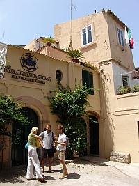 The school is situated in the heart of the old town of Tropea in a beautiful building from the 18th century.
