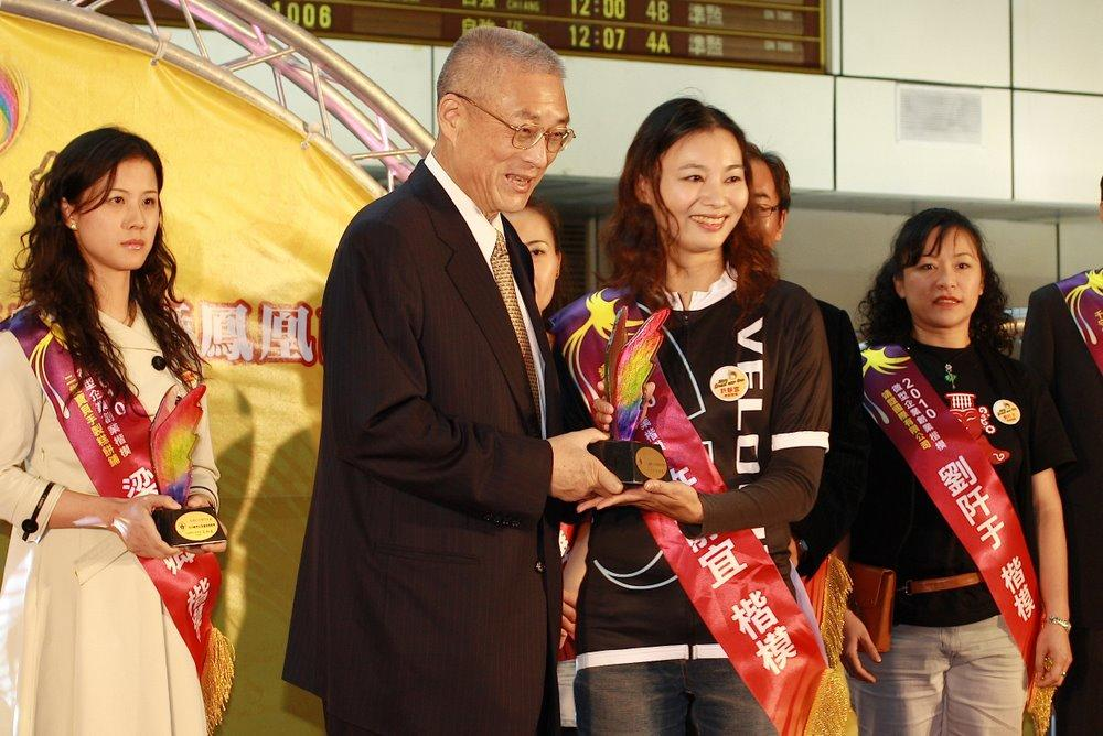 The Premier of Taiwan, Mr Wu, with Jessica Major, GM Velocite, with the Enterpreneurship Award
